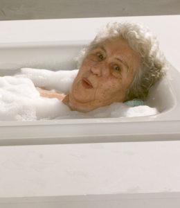 Die richtige Pflege für älter werdendes und graues Haar